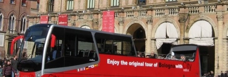 City tour sur red bus  art hotel orologio bologne, italie
